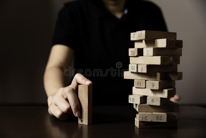 Biznesowej ręki budowy drewniany blok od inny zdjęcie royalty free