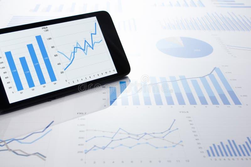 Biznesowi dane, mapy i smartphone, obraz stock