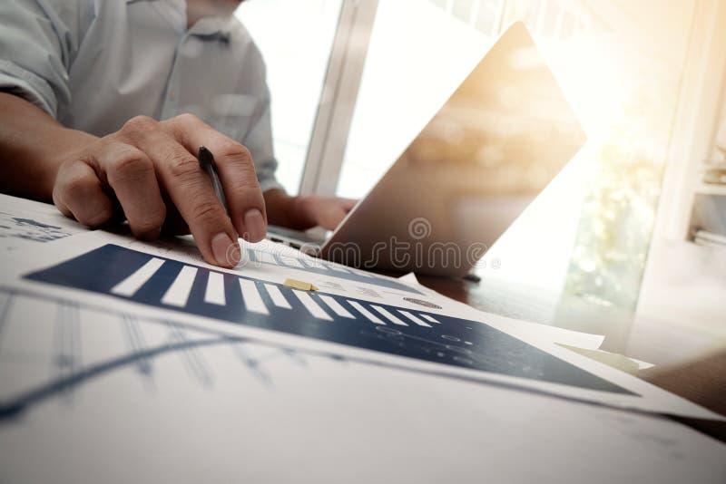 Biznesowi dokumenty na biuro stole z mądrze telefonem obrazy stock