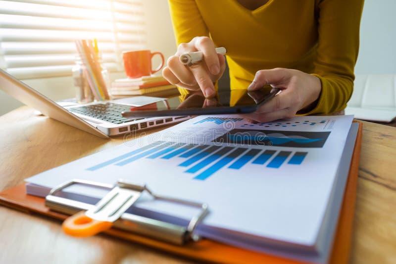 Biznesowi dokumenty na prac biurkach przy biurem obrazy stock