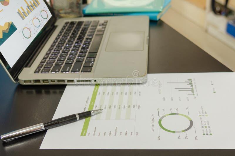 Biznesowi dokumenty pieniężni i laptop fotografia stock