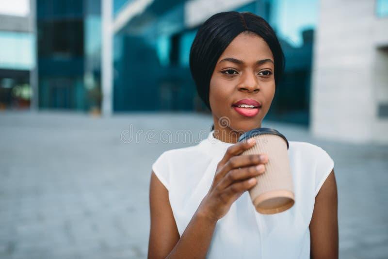 Biznesowi dziewczyn grinks kawowi od kartonowej filiżanki zdjęcia royalty free