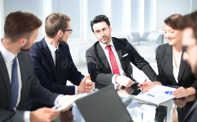 Biznesowi koledzy dyskutuje nowego plan biznesowego obraz royalty free
