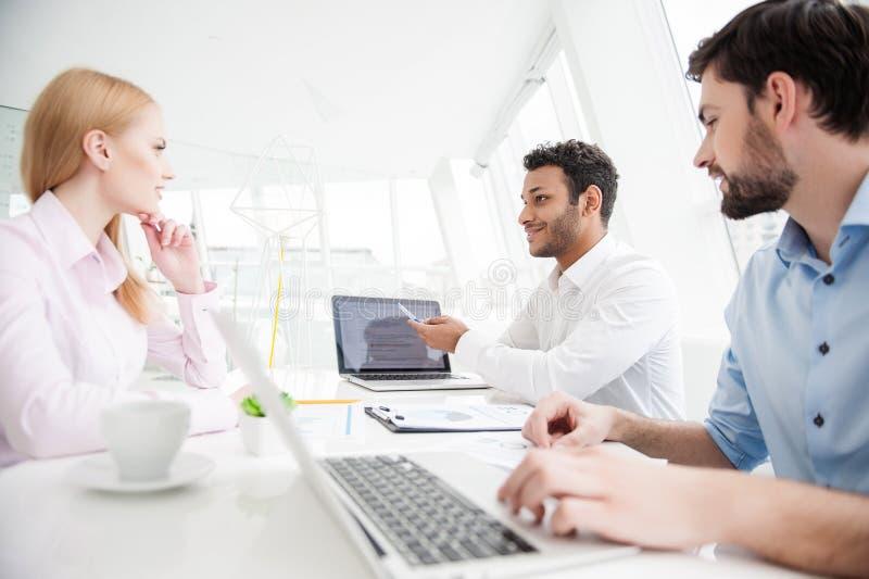 Biznesowi koledzy dyskutuje pracę fotografia stock