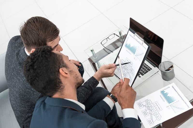 Biznesowi koledzy dyskutuje terminy kontrakt obrazy royalty free