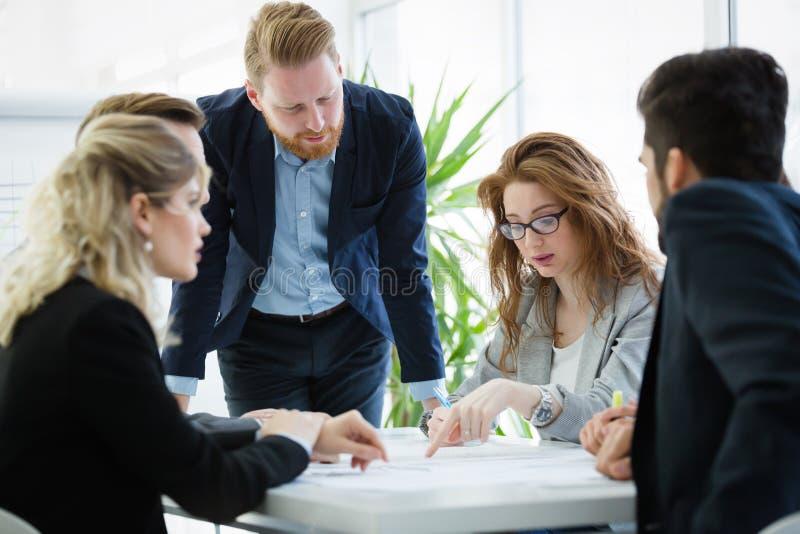 Biznesowi koledzy kolaboruje projektów plany i dyskutuje fotografia stock