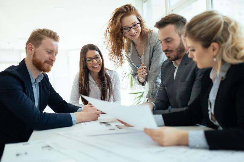 Biznesowi koledzy kolaboruje projektów plany i dyskutuje obrazy royalty free