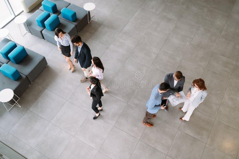 Biznesowi koledzy kolaboruje projektów plany i dyskutuje obraz stock