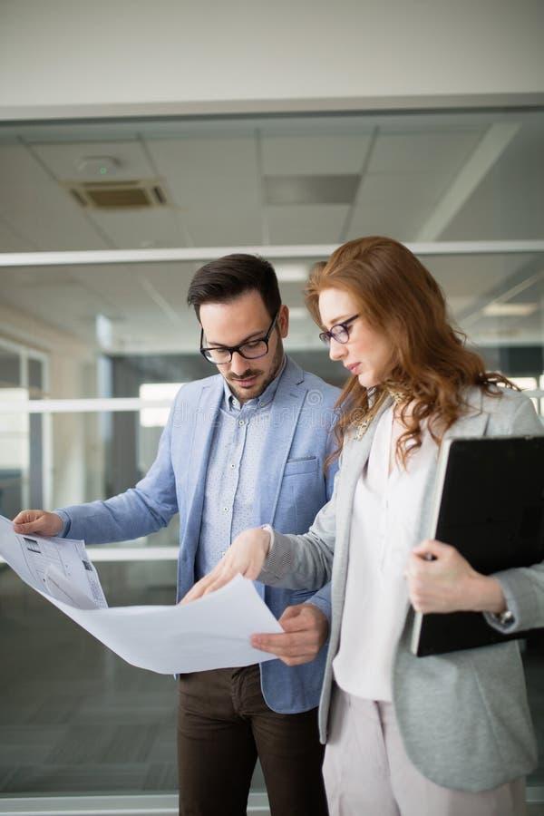 Biznesowi koledzy kolaboruje projektów plany i dyskutuje zdjęcie stock
