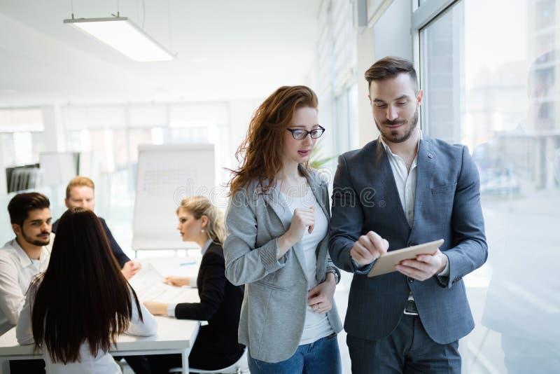 Biznesowi koledzy kolaboruje projekt?w plany i dyskutuje zdjęcia stock