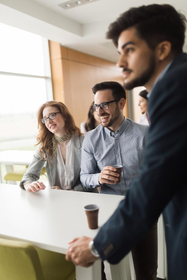 Biznesowi koledzy ma rozmowę podczas kawowej przerwy zdjęcie royalty free