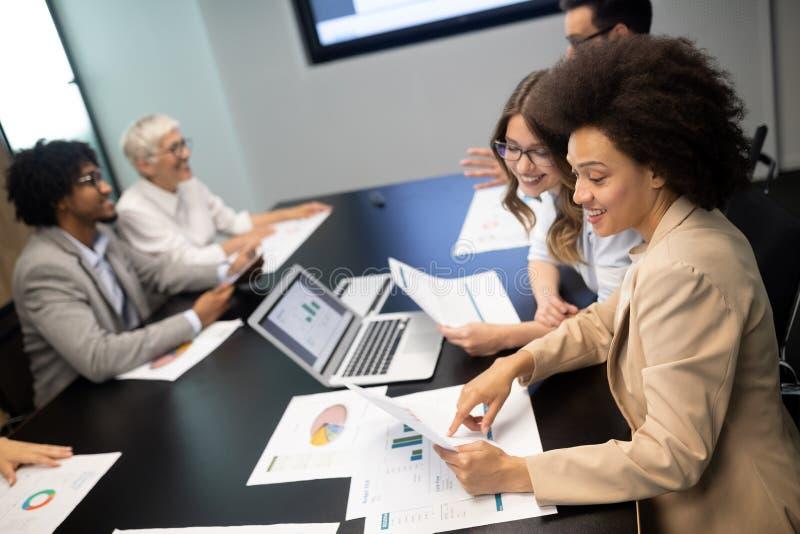 Biznesowi koledzy ma spotkania w sali konferencyjnej w biurze zdjęcia royalty free
