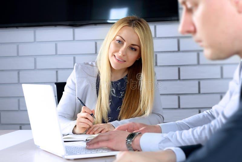 Biznesowi koledzy pracuje i analizuje pieniężne postacie/wykresy na laptopie obraz royalty free