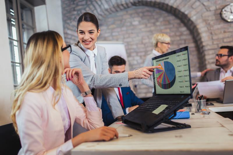 Biznesowi koledzy pracuje na laptopie w biurze obraz royalty free