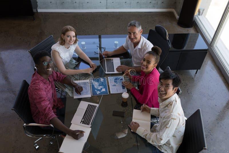Biznesowi koledzy pracuje wpólnie w biurze obraz royalty free