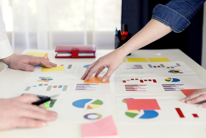 Biznesowi koledzy pracuje wpólnie i analizuje pieniężnej figi zdjęcia royalty free