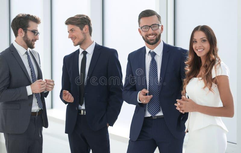 Biznesowi koledzy stoi w biuro lobby zdjęcie royalty free