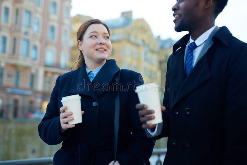 Biznesowi koledzy z kawą w ulicie obrazy stock