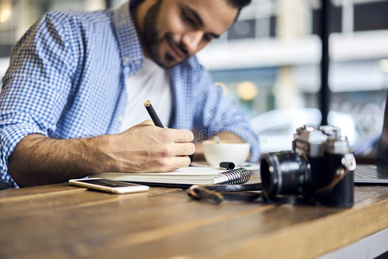 Biznesowi mężczyzna w błękitnego koszulowego znalezienia kreatywnie rozwiązaniu pracuje w studiu fotografia royalty free