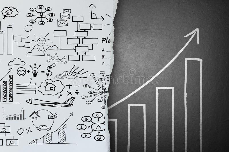 Biznesowi pomysły kreślą na papierowej zmianie sukcesu pojęcie ilustracji