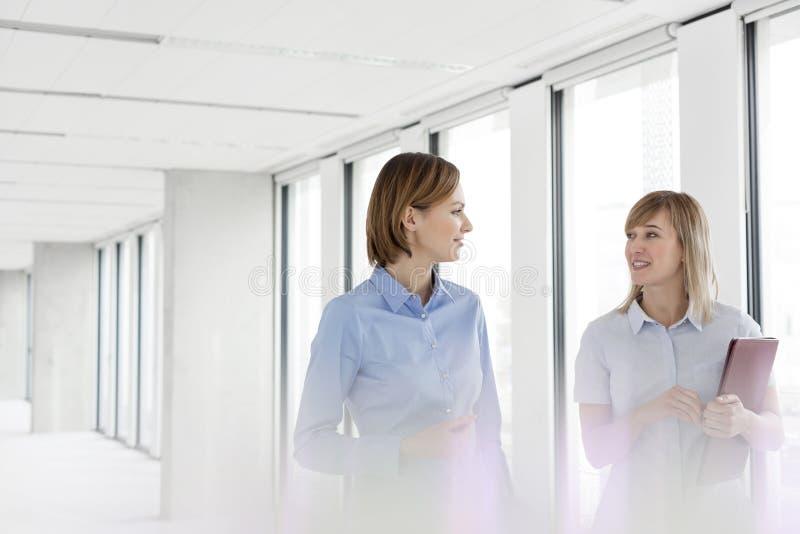 Biznesowi profesjonaliści planuje podczas gdy chodzący w pustym nowym biurze zdjęcia stock
