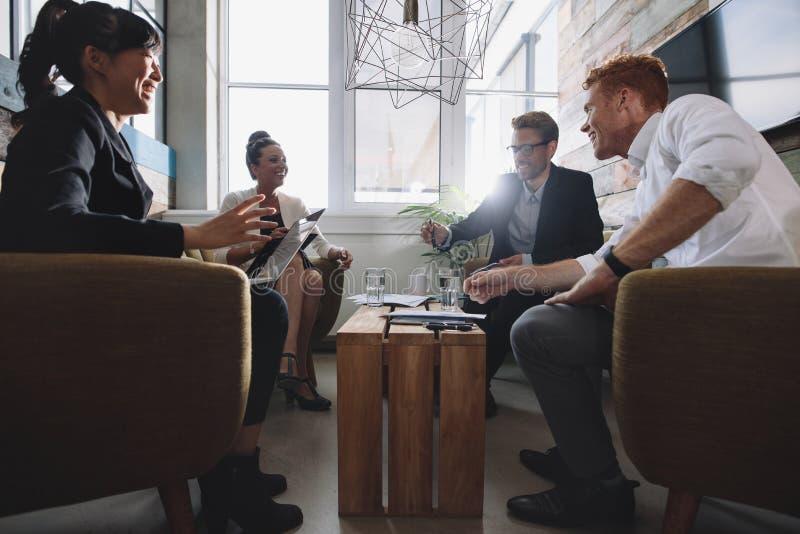 Biznesowi profesjonaliści spotyka w nowożytnym biurze fotografia royalty free