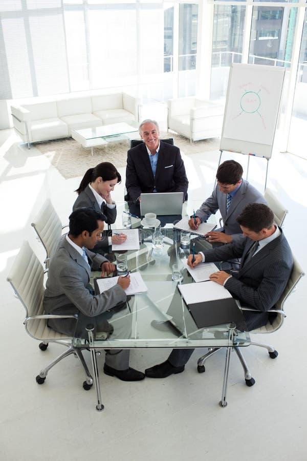 biznesowi różnorodności spotkania ludzie pokazywać zdjęcie royalty free