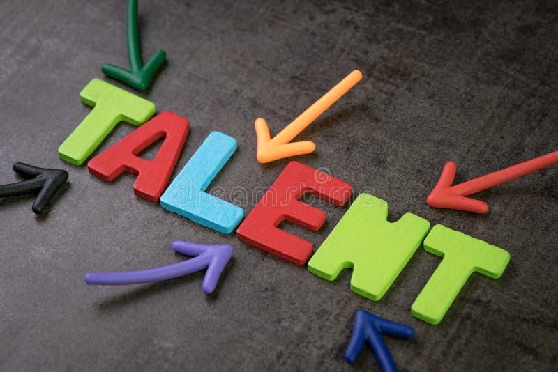 Biznesowi talenty znajduje, rekrutacja dla HR, dział zasobów ludzkich pojęcie, kolorowe strzały wskazuje abecadło talent przy cen obraz royalty free