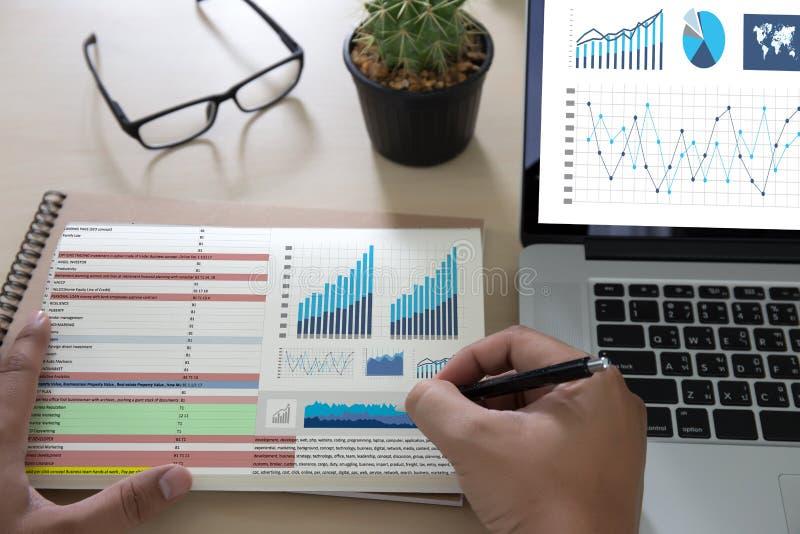 Biznesowi technologii informacyjnych ludzie pracują ciężkich dane analityka zdjęcia stock