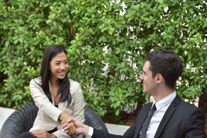 biznesowy ścinku współpraca zawierać ścieżka Młodzi biznesmeni trząść ręki Gdy wiadomość jest dobra fotografia royalty free