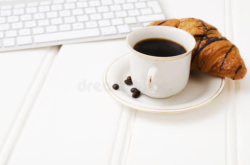 Biznesowy śniadanie, czarna kawa i czekolady croissant, zdjęcia stock