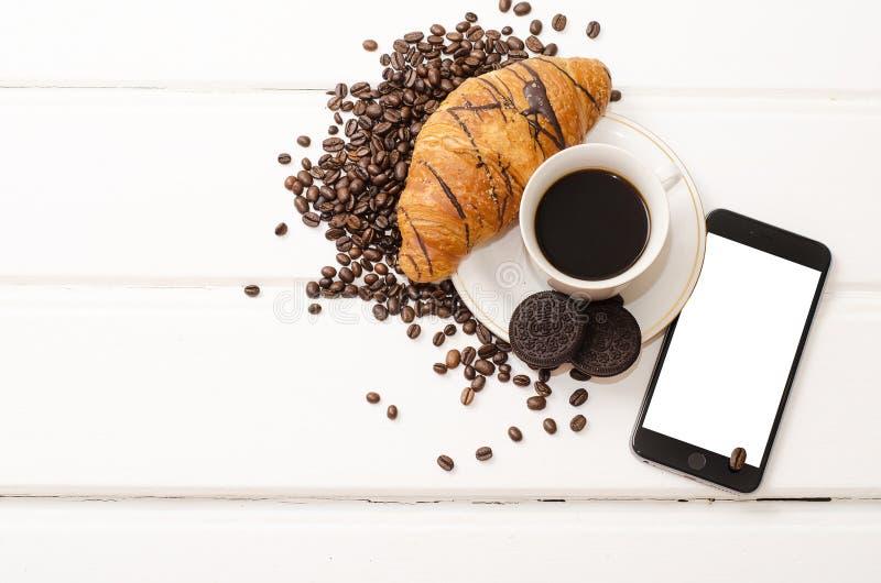 Biznesowy śniadanie, czarna kawa i czekolady croissant, obraz stock