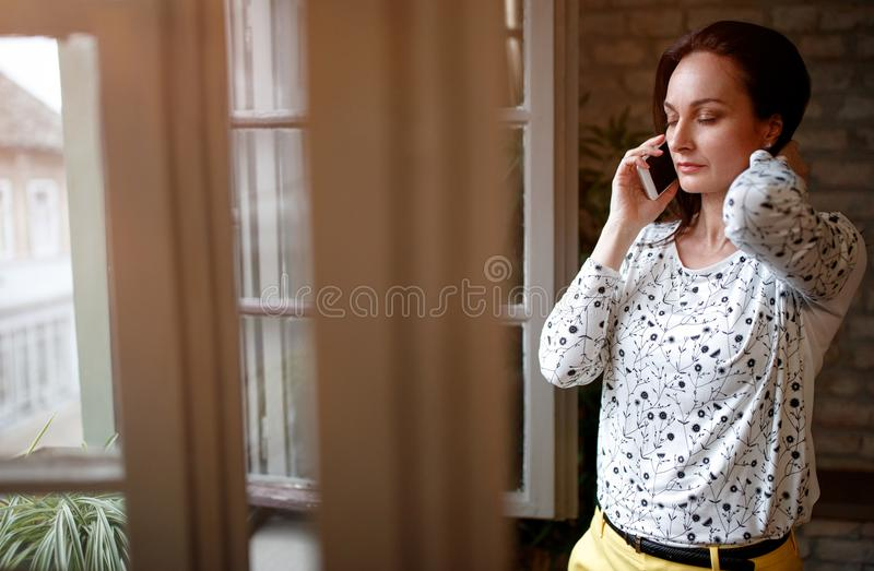 Biznesowy żeński telefonowanie z partnerem biznesowym fotografia stock