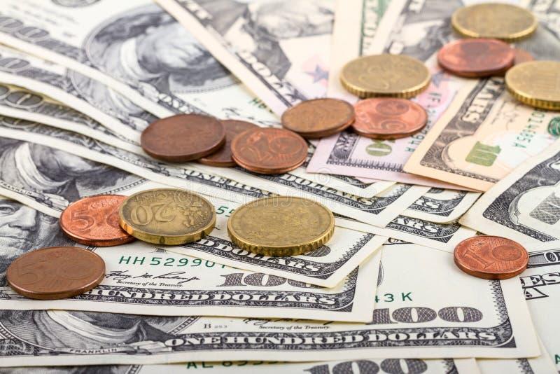 Biznesowy abstrakcjonistyczny tło - banknoty dolarów i euro centów zakończenie zdjęcia royalty free