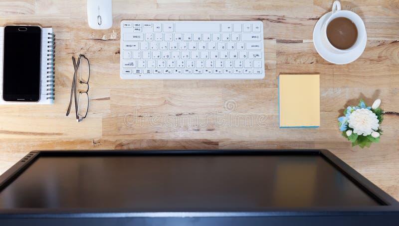 Biznesowy biurko stół, Pracuje na Drewnianym stole z komputerem, mądrze zdjęcie royalty free