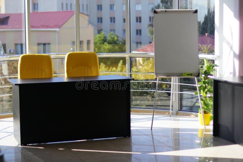 Biznesowy biuro z szklaną ścianą i pięknym widokiem obraz stock