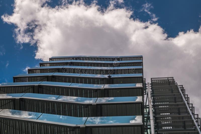 Biznesowy budynek z metal przeciwawaryjną drabiną, pożarniczą ucieczką w nowożytnych budynkach biurowych z/wielostrzałową struktu fotografia royalty free