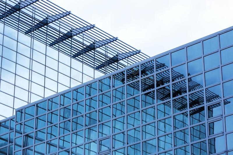 Biznesowy budynek z nowożytną szklaną powierzchownością na niebieskiego nieba tle zdjęcie stock