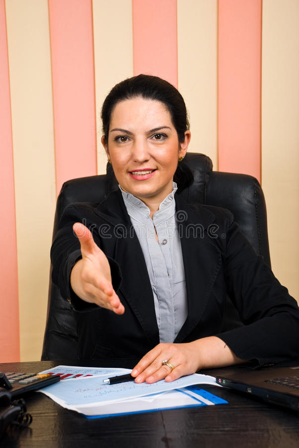 biznesowy daje uścisk dłoni mile widziany kobieta zdjęcie stock
