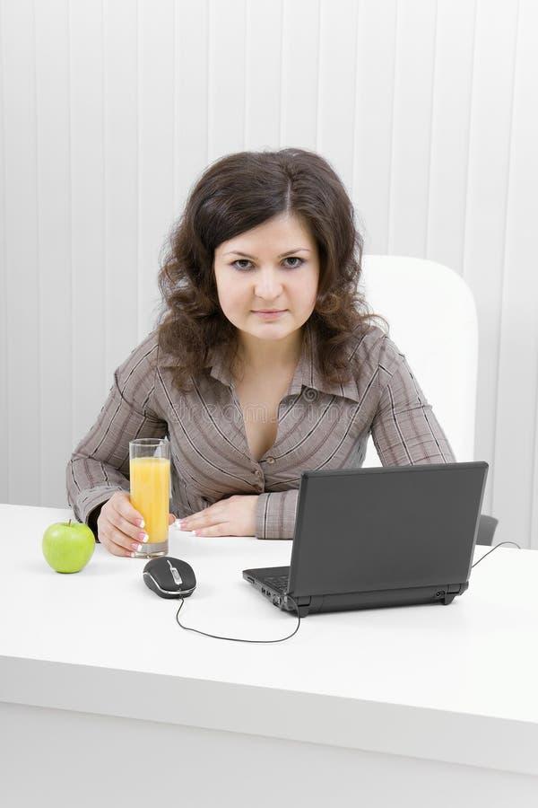 Download Biznesowy Dziewczyny Laptopu Ja Target82_0_ Zdjęcie Stock - Obraz złożonej z napój, juiced: 13332560