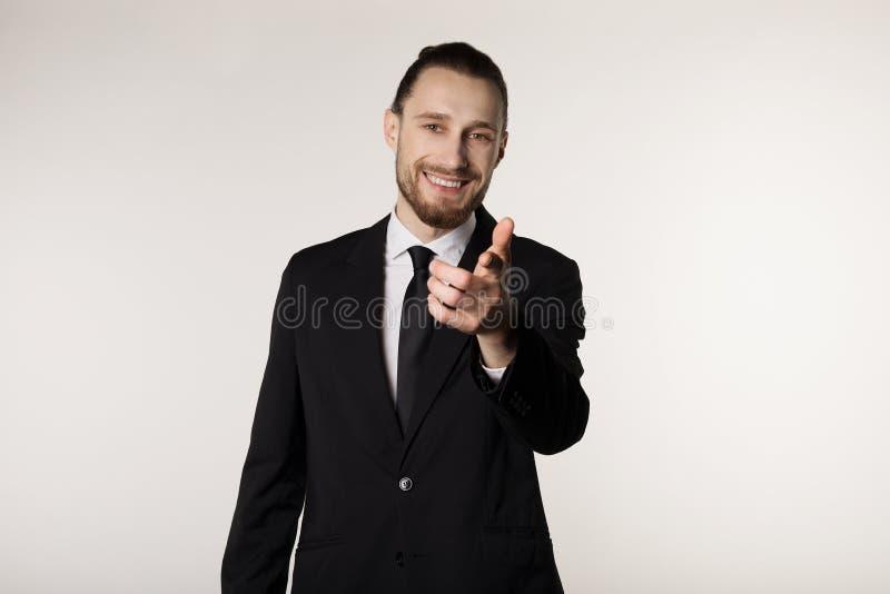 Biznesowy i biurowy pojęcie przystojny atrakcyjny biznesmen w czarnym kostiumu i krawat, z modną fryzurą i beared zdjęcie royalty free