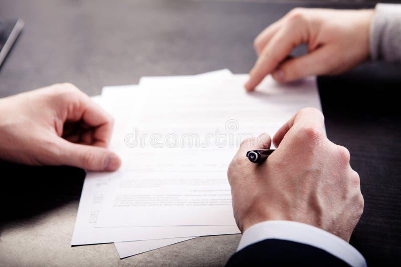 Biznesowy konflikt na biznesowego spotkania kierowniku i pracownik, niszczymy szkic dokument fotografia stock