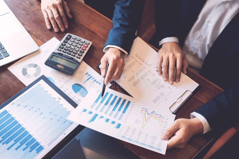 Biznesowy Korporacyjny dru?ynowy brainstorming, Planistyczna strategia ma dyskusji analizy inwestycj? bada z map? przy biurem obraz royalty free
