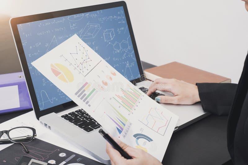 Biznesowy księgowy z dokumentu wykresem pieniężnym na biurze zdjęcia stock