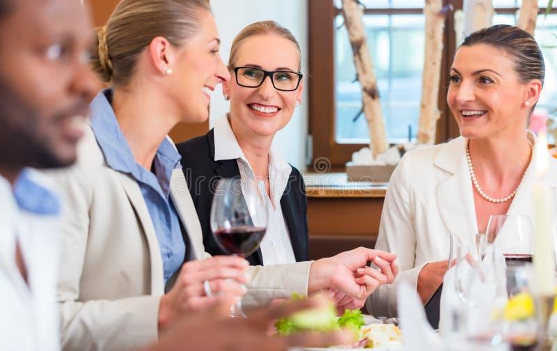 Biznesowy lunch w restauraci z jedzeniem i winem zdjęcia royalty free