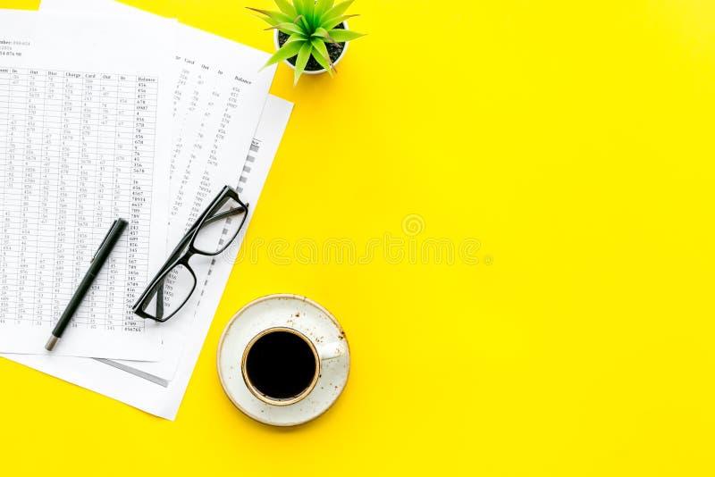 Biznesowy lunch z ołówkiem, dokument i czarna kawa na pracy biurka żółtego tła odgórnym widoku, wyśmiewamy w górę obraz royalty free