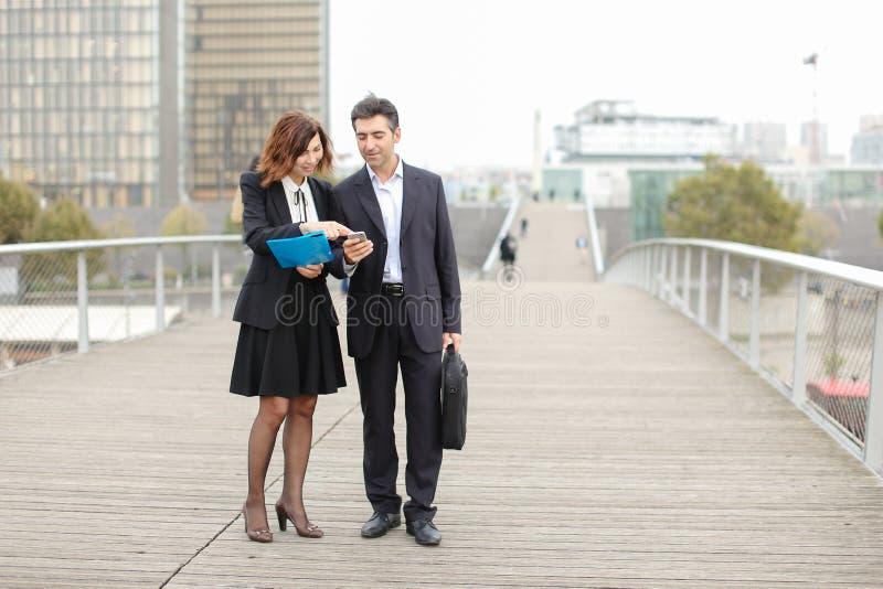 Biznesowy mężczyzna i kobieta ex - kolega z klasy przypadkowo spotykający na st obrazy stock