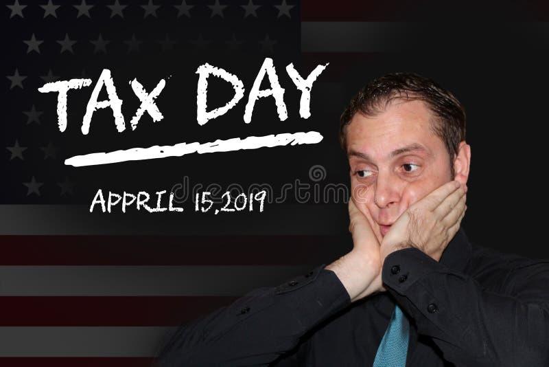 Biznesowy mężczyzna stresujący się przez przybycie podatku dnia opodatkowywa dnia pojęcie - kred słowa na czerni desce - royalty ilustracja