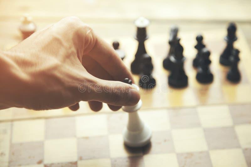 Biznesowy mężczyzna bawić się szachy na pracownianym tle obraz stock