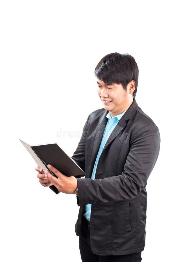 Biznesowy mężczyzna czyta nutową książkę z szczęście twarzą odizolowywał whit zdjęcie royalty free